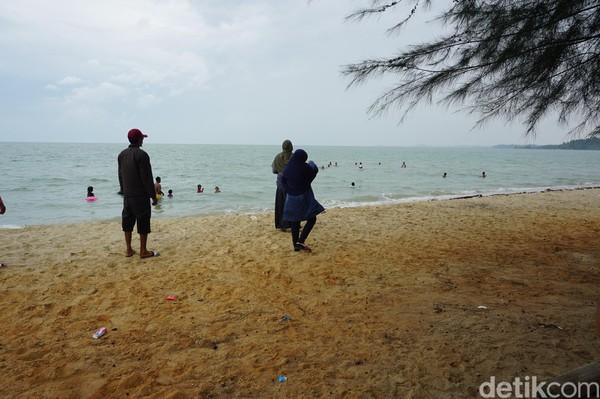 Pantai Ketam dan Pongkar hanya dipisahkan parit atau sungai kecil. Keduanya sama-sama memiliki pasir putih dan tentu berair keruh khas perairan muara Sumatra, khususnya Riau (Foto: Ahmad Masaul Khoiri/detikcom)