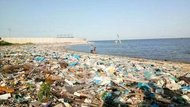 Jorok, Sampah Menumpuk di Pantai Olo Belawan Sumut