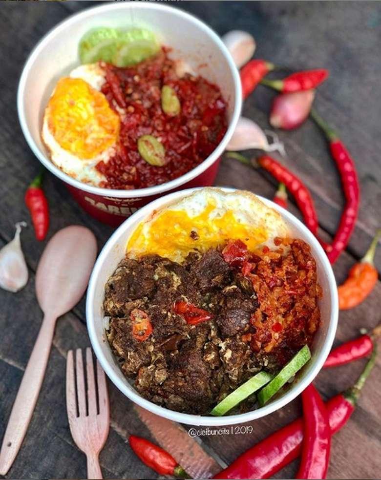 Outlet bernama Rarempa menawarkan menu rice bowl yang mengnggah selera. Porsinya jumbo dengan salah satu yang berisikan daging rendang yang royal ini. Foto: Instagram @cicibuncits