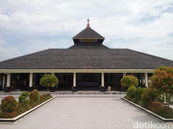 Tak sulit menemukan letak Masjid Agung Demak, pasalnya masjid ini telah menjadi situs ziarah dan objek wisata sejarah yang populer di kota Demak. (Wikha Setiawan/detikcom)