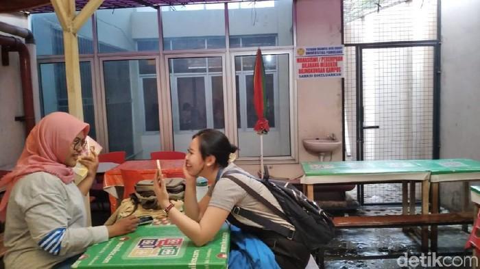 Larangan merokok untuk wanita terpajang di kantin kampus. (Foto: Nurul Khotimah/detikHealth)