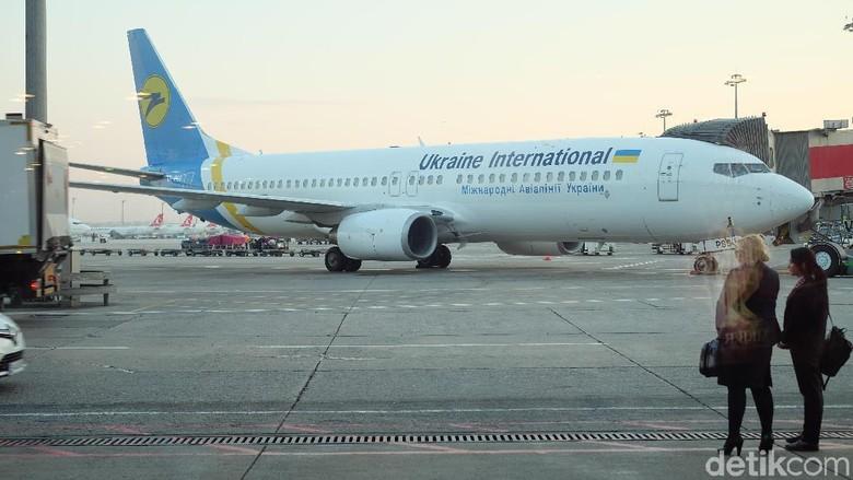 Pesawat Ukraine International Airlines di Istanbul International Airport, Turki, pada Juli 2018.
