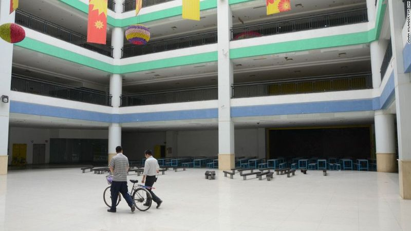 Mal hantu itu bernama New South China Mall yang terletak di Dongguan, China. Mal ini pertama kali dibuka pada tahun 2005 silam. (CNN)