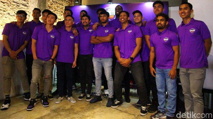 Jelang bergulirnya seri pertama Indonesian Basketball League (IBL) musim 2020, Amartha Hangtuah memperkenalkan roster mereka yang bermaterikan 17 pemain di Cikajang, Jakarta Selatan, Rabu (8/1/2020). Dari 17 pemain, 14 diantaranya merupakan pemain lokal dan tiga sisanya pebasket asing asal Amerika Serikat yang dipilih saat IBL Draft 2019 beberapa waktu lalu.
