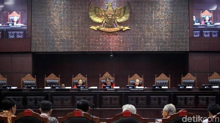 Perbaikan Permohonan Uji Formil UU KPK  ---  Para pemohon uji formil UU No 19/2019 mengikuti sidang lanjutan dengan agenda perbaikan permohonan di gedung Mahkamah Konstitusi Jakarta, Rabu (8/1/2020). Para pemohon menilai proses pembentukan UU No 19/2019 tentang Perubahan Kedua Atas Undang-Undang Nomor 30 tahun 2002 tentang Komisi Pemberantasan Tindak Pidana Korupsi  menyalahi syarat formil. Sidang dipimpin hakim konstitusi Arief Hidayat.