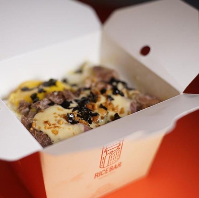 Berbeda dengan rice bowl yang ditawarkan oleh Rice The Bar ini. Mereka punya menu Japanese Beef Teppanyaki dengan campuran Creamy Garlic Sauce. Foto: Instagram @ricethebar