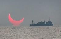 Foto yang viral itu pun disebutnya terjadi akibat dari fenomena gerhana matahari, yang berakibat pada tertutupnya sebagian matahari saat sunrise (Elias Chasiotis/Facebook)