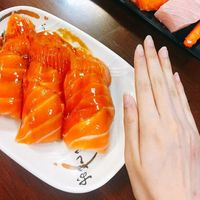 Wow! Sushi Salmon Jumbo Ini Seukuran Telapak Tangan