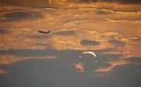 Walau begitu, Elis berhasil memotret keindahan gerhana matahari itu saat pagi dengan latar yang ciamik (Elias Chasiotis/Facebook)