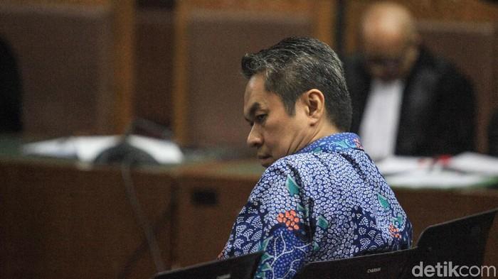 Mantan Direktur Keuangan PT Angkasa Pura II, Andra Y Agussalam mengikuti sidang perdana. Ia didakwa menerima uang dari Darman Mappangada.