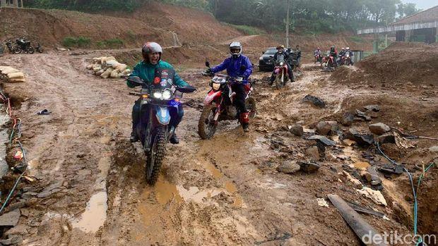 Perjuangan Komunitas Motor Trail Bantu Warga Terisolir Banjir