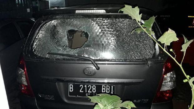 Kaca bagian belakang mobil tampak pecah