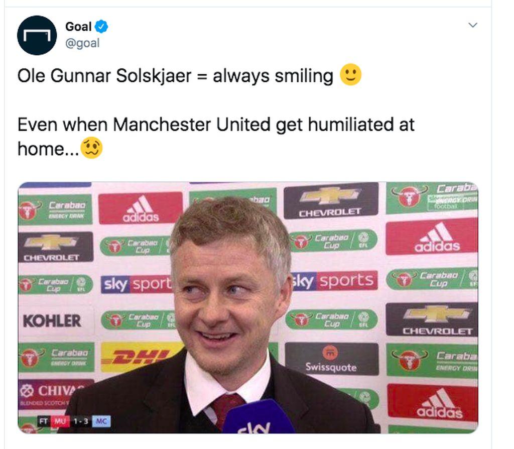 Ole Gunna Solskjaer tersenyum dalam konferensi pers walau kalah. Kelakuan ini cukup banyak dikritik. Foto: Twitter