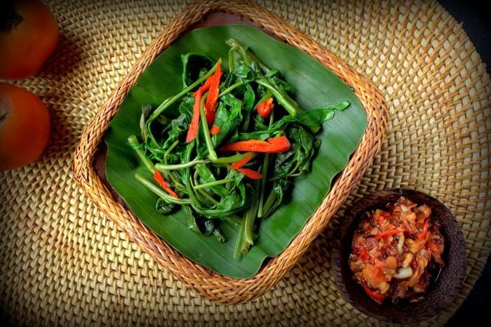 Sambal embe dengan tumis kangkung.Foto: iStock