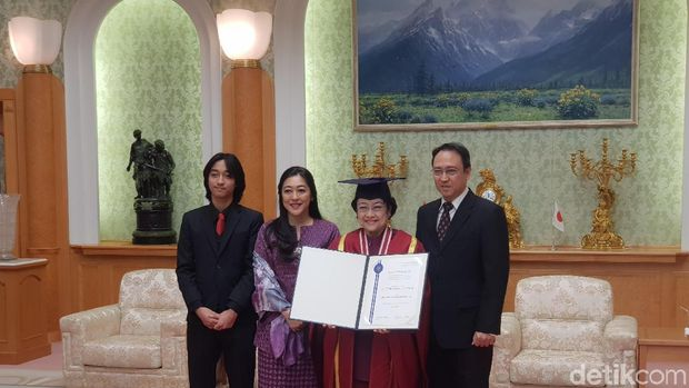 Megawati Terima Gelar Dr HC Ke-9 Bidang Kemanusiaan