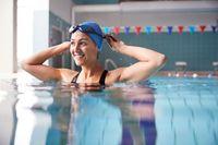 Berenang bisa mengencangkan otot lengan.