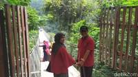 Jembatan Situ Gunung berlokasi di Kadudampit, Sukabumi. Area wisata yang baru dibuka tahun lalu ini telah banyak menarik perhatian wisatawan. (Elmy Tasya Khairally/detikcom)