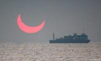 Momen itu pun bukan semata-mata keberuntungan. Elias sengaja memilih lokasi terbuka seperti laut di mana matahari akan muncul, di mana akan menghasilkan ilusi optik yang dramatis (Elias Chasiotis/Facebook)