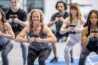 Olahraga angkat beban untuk mengecilkan lengan.