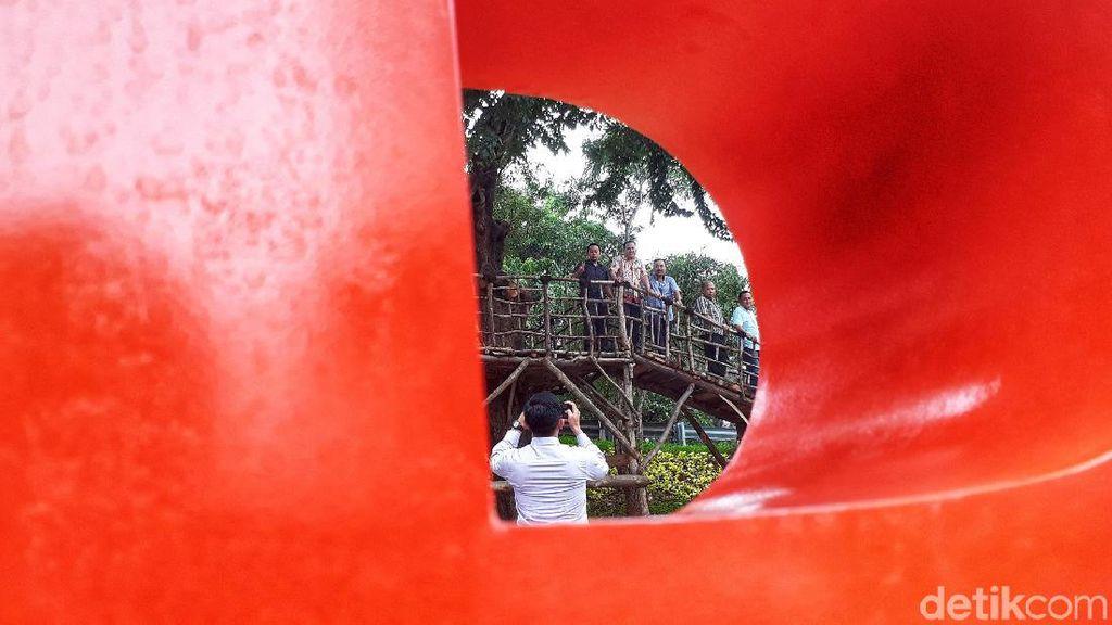 Foto Yuk! di Jembatan Pohon Taman Kebon Jeruk