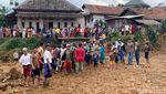 Sukajaya Terisolir, Bantuan Dikirim Pakai Helikopter