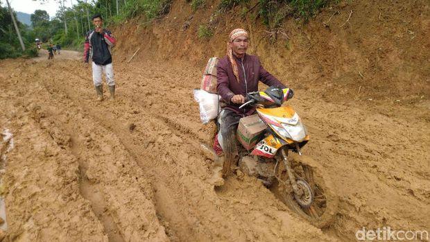 Jalan ke Desa di Sukajaya Tetap Sulit Dilalui Meski Longsor Sudah Dibersihkan