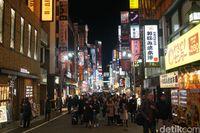 Turis di kawasan Shinjuku