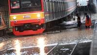 Banjir akibat cuaca ekstrem juga melumpuhkan akses transportasi KRL Commuterline. ANTARA FOTO/Aditya Pradana Putra.
