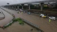 Cuaca ekstrem semakin meluas, bahkan Tol Cikampek juga lumpuh akibat tergenang banjir di kawasan jati bening, Bekasi, Jawa Barat. ANTARA FOTO/Saptono.