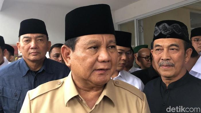 Prabowo Subianto di bandung melayat rektor UKRI