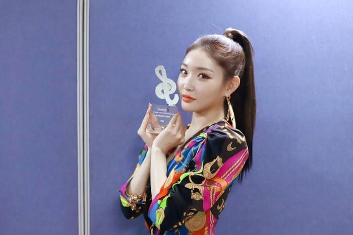 Kim Chungha, solois asal Korea Selatan yang terkenal dengan lagu Gotta Go dan Snapping ini berhasil memenangkan beragam penghargaan di Korea Selatan. Salah satunya di GAON Charts Award sebagai solois dengan penampilan terbaik. Foto: Instagram @chungha_official