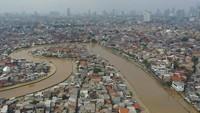 Jakarta diterjang hujan deras yang mengguyur sejak malam pergantian tahun 2020. Hasilnya, di awal tahun baru itu Ibu Kota lumpuh terendam banjir. ANTARA FOTO/Nova Wahyudi.