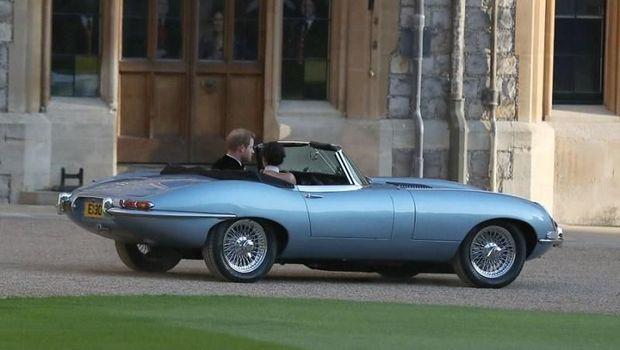 Pangeran Harry mengendarai Jaguar E-Type 1968
