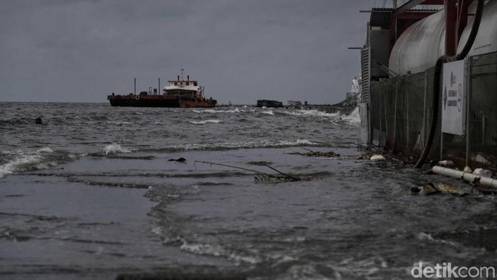 BMKG memprediksi tanggal 9-12 Januari 2020 cuaca buruk akan menerjang kawasan Jakut dan air pasang laut yang menyebabkan rob.