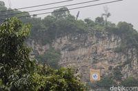 Belati Raksasa Tertancap di Gunung Manik Bandung Barat, Jatuh dari Langit?