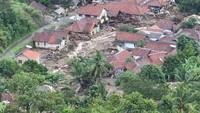 Sejumlah rumah di kampung Gunung Kembar hancur akibat longsor di Sukajaya, Bogor, Jawa Barat, Minggu (5/1/2020). ANTARA FOTO/Akbar Nugroho Gumay.