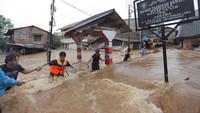 Di kawasan Pondok Labu, Jakarta Selatan, aliran banjir terlihat sangat deras. Bahkan warga harus menggunakan tali sebagai pengaman. ANTARA FOTO/Reno Esnir.