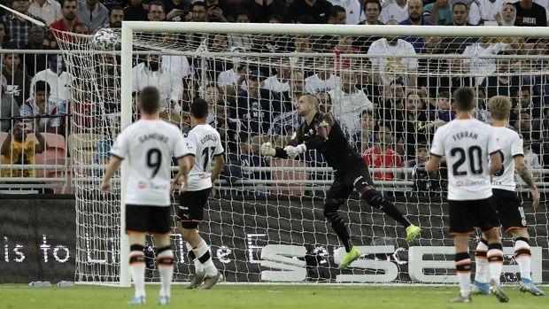 Kiper Jaume Domenech gagal menghalau tendangan sudut Toni Kroos.
