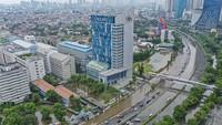 Banjir tersebut tersebar dibeberapa titik Ibu Kota. Salah satunya di kawasan Jalan S. Parman, Jakarta Barat. ANTARA FOTO/Muhammad Adimaja.