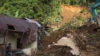 Longsor akibat cuaca ekstrem juga menerjang kampung Lebo, Kabupaten Kepulauan Sangihe, Sulawesi Utara. Banjir bandang yang terjadi pada Jumat, 3 Januari tersebut mengakibatkan tiga warga meninggal dunia, 8 luka-luka, 300 lebih warga mengungsi, puluhan rumah rusak serta mengisolir sebuah desa dengan 174 Kepala keluarga. ANTARA FOTO/Stenly Pontolawokang.