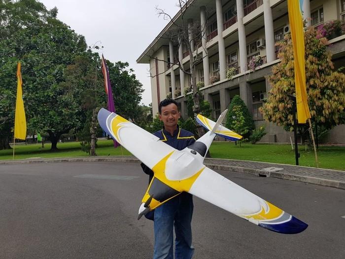 Inovasi sistem pembasmi hama menggunakan drone karya Peneliti FMIPA UGM. Foto: UGM