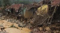 Sejumlah rumah warga rusak berat diterjang banjir bandang yang melewati Sungai Ciberang di Kampung Lebak Gedong, Cipanas, Lebak, Banten, Kamis (2/1/2020). Menurut Kapolres Lebak AKBP Andre Firman ratusan rumah rusak akibat diterjang banjir bandang dan tertimpa longsor, 8 orang hilang, dan ratusan orang mengungsi ke tempat yang lebih aman. ANTARA FOTO/Weli Ayu Rejeki.