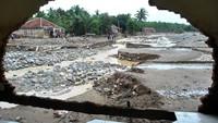 Kawasan Jasinga, Bogor, juga terdampak banjir bandang. Banjir bandang yang terjadi pada Rabu (1/1/2020) tersebut mengakibatkan 22 rumah rusak, dua jembatan gantung terputus dan seorang warga meninggal dunia di kampung Parung Sapi, Desa kalong Sawah. ANTARA FOTO/Arif Firmansyah.