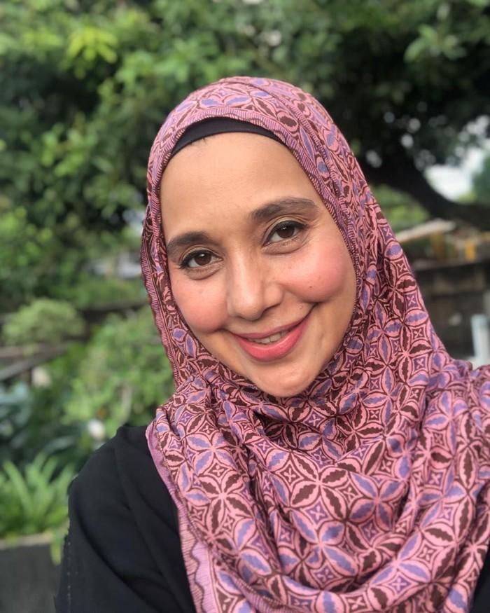 Ayu Azhari dikenal sebagai penyanyi dan aktris senior Indonesia. Wanita 52 tahun ini adalah ibu dari 6 orang anak. Foto: Instagram ayukhadijahazhari