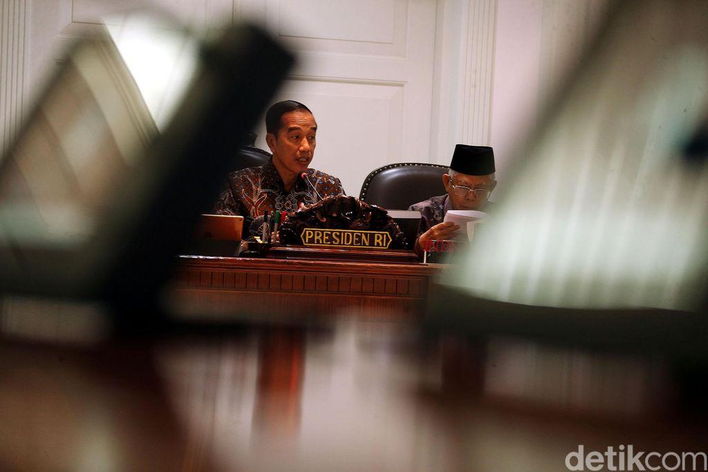 Presiden Jokowi menggelar rapat terbatas dengan para menteri dan kepala lembaga. Ratas tersebut membahas penanganan kasus kekerasan terhadap anak.
