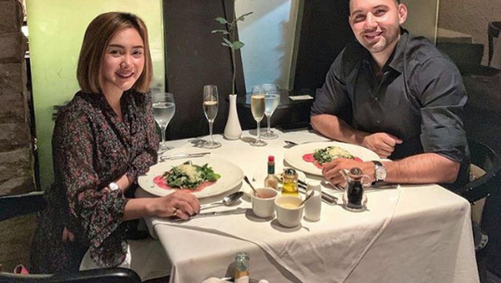 Intip Momen Romantis Makan Berdua Pasangan Roy Geurts dan Cita Citata