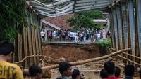 Desa Sajira, Lebak, Banten, juga diterjang banjir bandang akibat cuaca ekstrem. Bahkan salah satu jembatan terputus. BPBD Kabupaten Lebak mencatat 12 desa di tiga kecamatan di Lebak terdampak banjir bandang yang disebabkan meluapnya sungai Ciberang yang mengakibatkan sejumlah jembatan dan rumah rusak diterjang banjir. ANTARA FOTO/Muhammad Bagus Khoirunas.