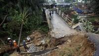 Curah hujan yang tinggi juga membuat jembatan terputus di Desa Urug Atas, Kecamatan Sukajaya, Bogor, Jawa Barat. ANTARA FOTO/Yulius Satria Wijaya.