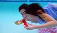 Kayak Putri Duyung, Wanita Ini Makan Salad dan Pasta di Dalam Air