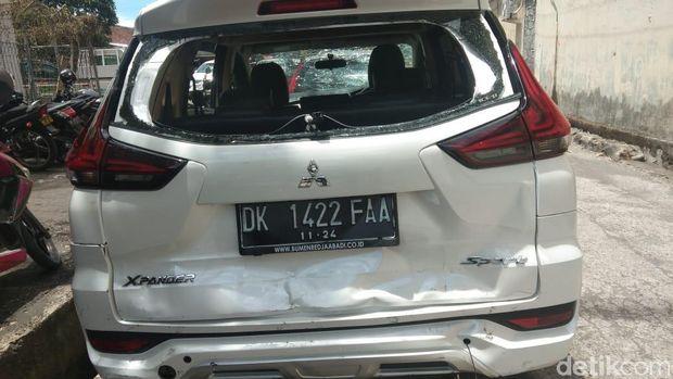 Tabrak 3 Orang di Jimbaran Bali, Mobil Bule Ringsek Dirusak Warga